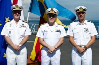 Från vänster: Amiral Överlämningen av befälet för EU Naval Force tar plats på det nederländska flaggskeppet HNLMS JOHAN DE WITT som ligger för ankar i DJIBOUTI.Den svenske styrkechefen Jonas Haggren lämnar över befälet till sin spanske efterträdare Alfonso Gomez de Cordobá. Därmed är EU NAval Force 19:e rotation formellt avlöst.