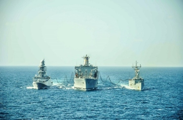 usns-laramie-refuelling-both-operation-atalanta-warships-at-the-same-time-january-2016-eu-navfor